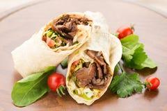 Doner kebab på träbakgrund Royaltyfri Fotografi