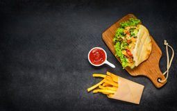 Doner Kebab z francuzów dłoniakami i kopii przestrzenią Fotografia Stock