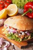 Doner kebab z mięsem i warzywa zbliżeniem pionowo zdjęcie royalty free