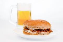 Doner-Kebabburger mit Weißhintergrund des kalten Bieres stockfotos