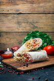 Doner kebabu shawarma lub doner opakunek Piec na grillu kurczak na lavash pita chlebie z świeżymi warzywami - pomidory, zielona s fotografia royalty free