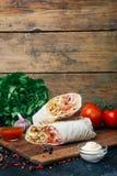 Doner kebabu shawarma lub doner opakunek Piec na grillu kurczak na lavash pita chlebie z świeżymi warzywami - pomidory, zielona s obrazy royalty free