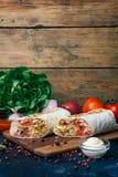 Doner kebabu shawarma lub doner opakunek Piec na grillu kurczak na lavash pita chlebie z świeżymi warzywami - pomidory, zielona s obraz royalty free