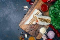 Doner kebabu shawarma lub doner opakunek Piec na grillu kurczak na lavash pita chlebie z świeżymi warzywami - pomidory, zielona s zdjęcia royalty free