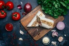 Doner kebabu shawarma lub doner opakunek Piec na grillu kurczak na lavash pita chlebie z świeżymi warzywami - pomidory, zielona s zdjęcie stock
