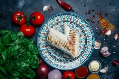 Doner kebabu shawarma lub doner opakunek Piec na grillu kurczak na lavash pita chlebie z świeżymi warzywami - pomidory, zielona s obrazy stock