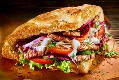Doner turco con carne ed insalata arrostite fotografia stock libera da diritti