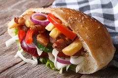 Doner z mięsem, warzywami i dłoniakami w pita chleba zakończeniu, Zdjęcia Stock