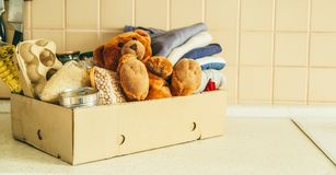 Donera begreppet - mat, kläder, leksaker i papp arkivbilder