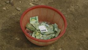 Donerad kassa på en plast- behållare, Moresby by arkivfilmer