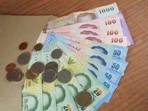 Donerade pengar i det bruna kuvertet Royaltyfria Foton