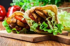 Donerkebab - gebraden kippenvlees met groenten Stock Fotografie