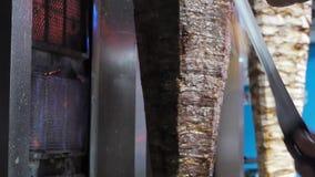 Donerkebab/gedrukt die vlees op een groot verticaal spit wordt geroosterd stock video