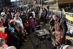 DONETSK - 22 DE FEVEREIRO: Comemorando o festival de Maslenitsa do russo mim Imagem de Stock