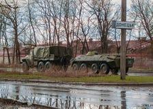 Donetsk, de Oekraïne - April, 04, 2015: Militaire uitrustingseparatisten bij de ingang aan Donetsk royalty-vrije stock fotografie