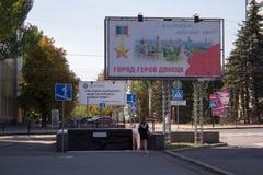 Donetsk, de Oekraïne - Augustus 26, 2018: Bigboard met een gelukwens van de stadslui op de stadsdag royalty-vrije stock afbeeldingen
