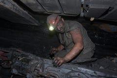 Donetsk, de Oekraïne - Augustus, 16, 2013: De mijnwerker herstelt mijnbouwc stock foto