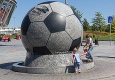 Donetsk, de Oekraïne - Augustus 22, 2015: Kinderen die dichtbij de Arena van Donbass van het fonteinstadion spelen Stock Foto's