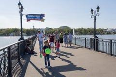 Donetsk, de Oekraïne - Augustus 26, 2018: Mensen op de brug in het park Shcherbakova stock foto