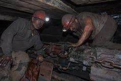 Donetsk, de Oekraïne - Augustus, 16, 2013: Mijnwerkers dichtbij de mijnbouw royalty-vrije stock foto