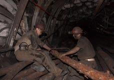 Donetsk, de Oekraïne - Augustus, 16, 2013: Mijnwerkers gezaagd hout voor Royalty-vrije Stock Afbeeldingen