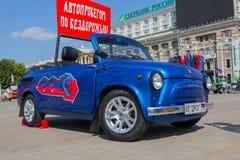 Donetsk, de Oekraïne - Augustus 27, 2017: Stadslui die op een retro auto op het Vierkant van Lenin letten Royalty-vrije Stock Foto's