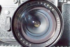 Donetsk, de Oekraïne: 25 December 2017 - Uitstekende retro sovjetslr-camera zenit-ET met de oude brede lens van Chinon Stock Foto