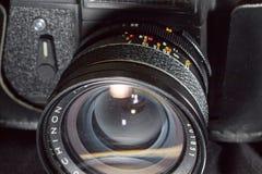 Donetsk, de Oekraïne: 25 December 2017 - Uitstekende retro sovjetslr-camera zenit-ET met de oude brede lens van Chinon Royalty-vrije Stock Afbeelding