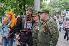 Donetsk, de Oekraïne - Mei 09, 2017: De beroemde Russische fietser Alexander Zaldostanov wordt gefotografeerd met burgers van Don Stock Afbeeldingen