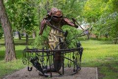 Donetsk, de Oekraïne - Mei 09, 2017: Ijzerstandbeeld van een kever dichtbij een aambeeld in een park Royalty-vrije Stock Fotografie