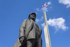 Donetsk, de Oekraïne - Mei 17, 2017: Monument aan Vladimir Denin en de vlag van de Mensen` s Republiek van Donetsk Stock Afbeelding