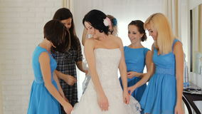 Donetsk, de Oekraïne - Oktober 11, 2011: bruidsmeisjes bewonderde bruid stock videobeelden