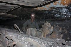 Donetsk, de Oekra?ne - Augustus, 16, 2013: Mijnwerker dichtbij de mijnbouwsnijmachine royalty-vrije stock afbeeldingen