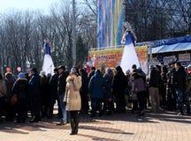 DONETSK - FEBRUARI 22: Fira ryssMaslenitsa festival I Arkivfoto
