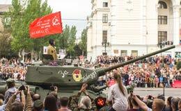 DONETSK Donetsk folkrepublik Maj 9, 2018: Sovjetisk legendarisk WW2 behållare T-34-85 på den huvudsakliga gatan av den Donetsk st Royaltyfri Foto