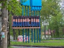 Donetsk - Mai, 9, 2015: Stella malte in den Farben der Flagge der Donetsk-Volksrepublik und des Blockhauses am Eingang t Lizenzfreies Stockbild