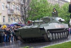 Donetsk - Mei, 9, 2015: De Mensen van militaire uitrustingdonetskoy aangaande royalty-vrije stock fotografie