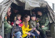 Donetsk - Mei, 9, 2015: De militairen paraderen deelnemers en residen royalty-vrije stock afbeeldingen