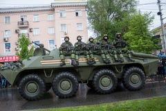 Donetsk - Mei 9, 2015: Rep van de Mensen van militaire uitrustingdonetskoy royalty-vrije stock foto's