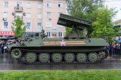 Donetsk - Mei 9, 2015: Rep van de Mensen van militaire uitrustingdonetskoy Royalty-vrije Stock Foto