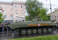 Donetsk - Mei 9, 2015: Rep van de Mensen van militaire uitrustingdonetskoy royalty-vrije stock afbeeldingen