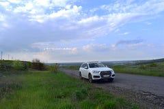Donetsk-Region, Ukraine, im Mai 2019 Wei?es Audi-Auto auf einer Landstra?e lizenzfreie stockbilder