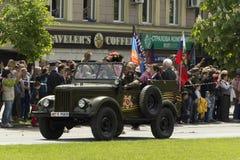 Donetsk republiki ludzie, Ukraina 2016, Maj 9 - Rosyjscy militarni weterani jedzie w starym samochodzie na zwycięstwie druga wojn zdjęcia stock