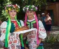 Donetsk, Ucrânia - 26 de julho de 2013: Meninas em trajes nacionais pre fotografia de stock