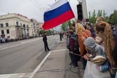 Donetsk, Ucrânia - 9 de maio de 2017: Residentes da cidade com Fotografia de Stock