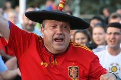 Donetsk, Ucrânia - 06 23 2012: Fan de futebol espanhóis na frente do estádio da arena de Donbass no campeonato EURO-2012 foto de stock