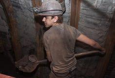 Donetsk, Ucrania - 14 de marzo de 2014: Minero que trabaja una pala Imagen de archivo libre de regalías