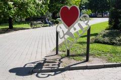 Donetsk, Ucrania - 17 de mayo de 2017: Instalación en el centro de ciudad con el amor del ` I de la inscripción el ` de la repúbl Imagen de archivo libre de regalías