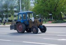 Donetsk, Ucrania - 17 de mayo de 2017: Tractor viejo en el stre central Imágenes de archivo libres de regalías