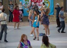 Donetsk Ukraina - Augusti 27, 2017 - dansare på det öppna dansgolvet fotografering för bildbyråer